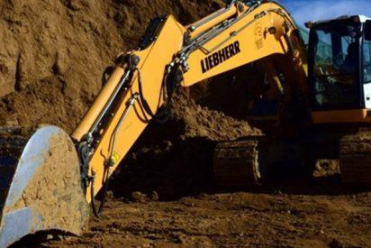 Así cae este hombre del balde de una excavadora