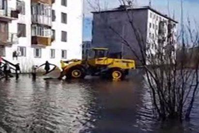 Las excavadoras hacen de taxi a causa de las inundaciones en Yakutia