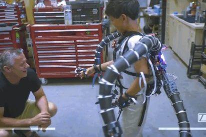 Un adolescente construye el exoesqueleto robótico del Dr. Octopus para este niño con problemas de movilidad