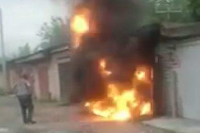 Este hombre sale despedido por la explosión de un garaje