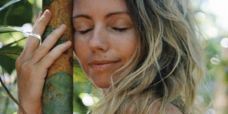 """Esta mujer dejó la civilización para vivir """"desnuda en la jungla"""" y ahorró miles de dólares"""