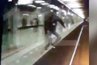 El espeluznante momento en que un hombre se arroja al metro de Moscu y sobrevive al atropello