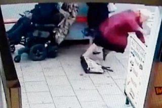 IMPACTANTE: Un hombre con movilidad reducida arrolla intencionadamente con su scooter a dos ancianas