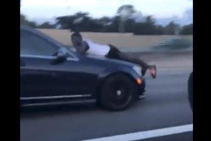 Este hombre va por la autopista sobre el capó de un coche a 110 kilómetros por hora