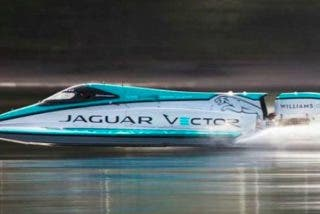 Este pequeño bote totalmente eléctrico rompe un récord de velocidad sobre el agua