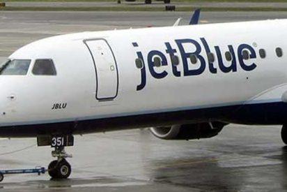 El piloto de este avión de JetBlue en Nueva York avisa por error de un secuestro y monta un lío enorme