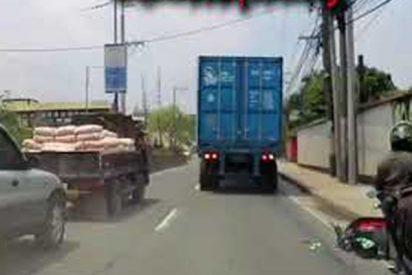 ¡Terrible!: Este camión le pasa por encima de la cabeza a un motociclista