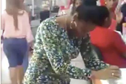 Pillan a esta mujer robando en una tienda de ropa
