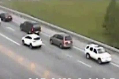 Este tipo decide recorrer una autopista marcha atrás para evitar un atasco
