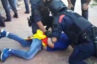 Así golpean los Mossos a españolistas atacados por los CDR independentistas en una marcha en Mataró