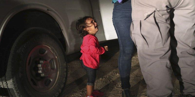 La horrible historia tras esta foto viral de la niña llorando
