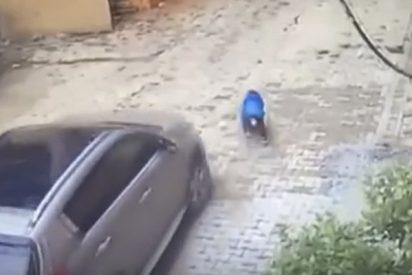 Este niño de tres años sale ileso tras ser atropellado por su madre