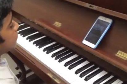 Este niño lo peta en las redes con su peculiar pieza de piano