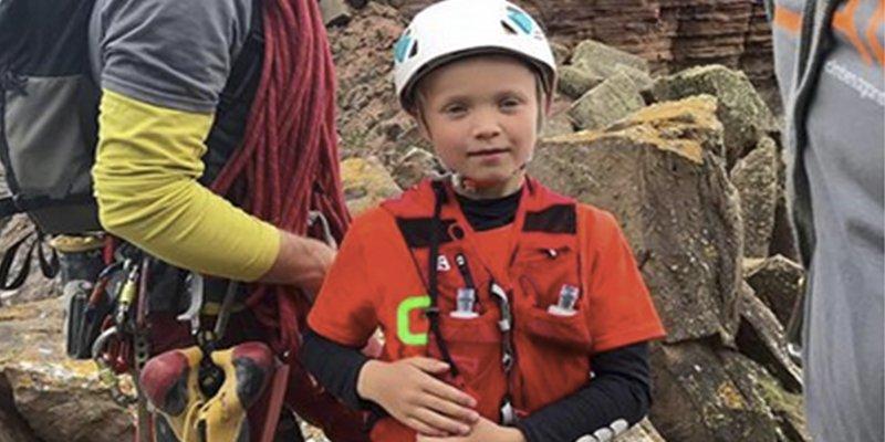 Este niño de ocho años escala un acantilado de casi 140 metros para ayudar a su madre