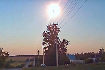 Este objeto no identificado causa un brillante destello en el cielo