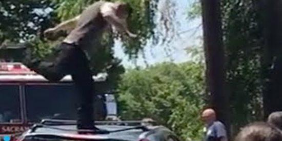 Este hombre arremete a patadas contra varios coches en California