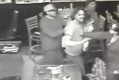El inconsciente que se pelea en un bar con su hija en brazos