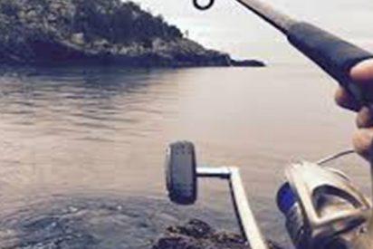 ¡Terrible!: Este hombre cree haber pescado un enorme ejemplar en un río y saca un cadáver
