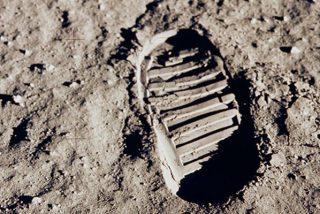 Mujer demanda a la NASA para conservar el polvo lunar que asegura le regaló Neil Armstrong