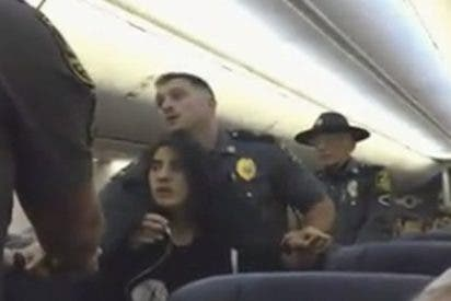 Así saca la policía a esta mujer de un avión