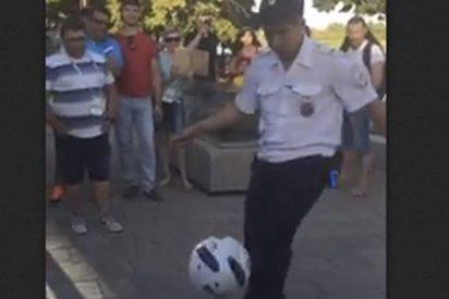 Este policía ruso lo peta en las redes por su destreza con el balón