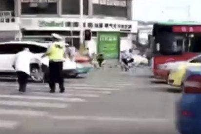 Este policía chino ayuda a un anciano a cruzar la calle montándolo en su espalda