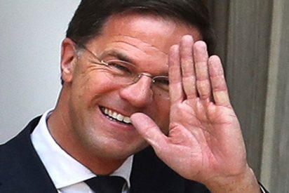 El 'premier' neerlandés vuelca su café en el Parlamento y reacciona así…
