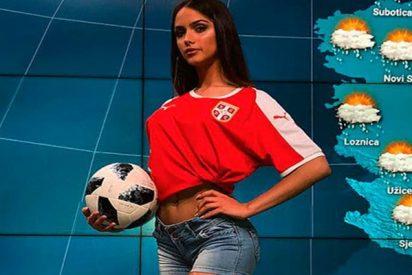 Esta presentadora de televisión serbia muestra en directo cómo se patea un balón