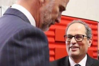 El fanático Quim Torra hace el ridículo ante el Rey de España; se encoge y da hasta pena