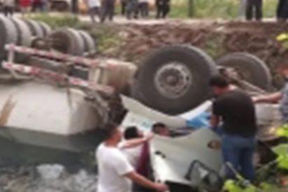 Así rescatan a un conductor cuyo camión quedó volcado