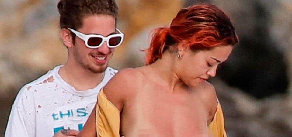 Rita Ora muestra sus encantos haciendo topless mientras se relaja en un yate con su novio