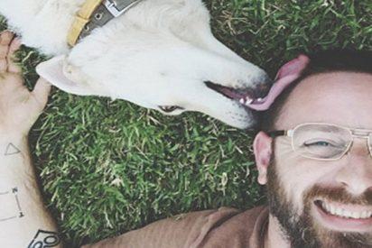Este hombre vendió su 'selfi' con un perro a un stock de imágenes y apareció en un artículo sobre zoofilia