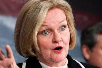 Una senadora se atraganta y al intentar ayudarla otro senador, le fractura una costilla