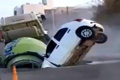 Este inmenso socavón se traga un camión y un automóvil