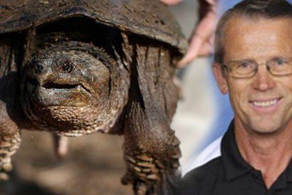 Este profesor se enfrenta a la justicia por alimentar a una tortuga mordedora con un cachorro vivo