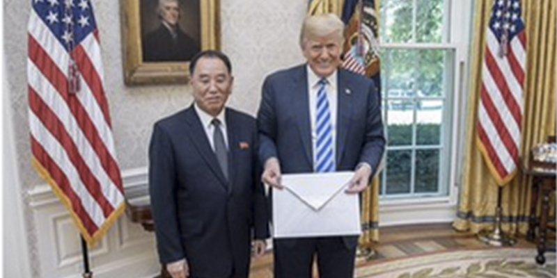 Descojone en las redes por el tamaño de la carta que Kim Jong-un ha enviado a Trump