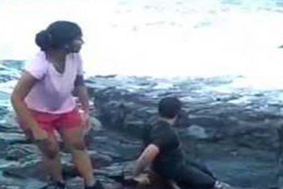 ¡Terrible!: Esta enorme ola arrastra a un turista, que muere succionado por el mar