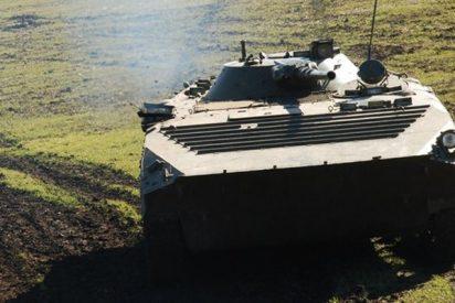 Este vehículo militar blindado aplasta a un coche en una carretera