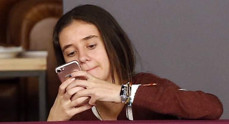 Francia prohibirá a los menores de 15 años el uso de smartphones en los colegios