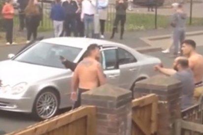 Este violento asalto a un Mercedes termina en una pelea con palos y martillos