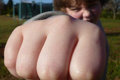 "Este niño ""sociópata"" agrede a un adulto que le impidió rayar vehículos en un parque"