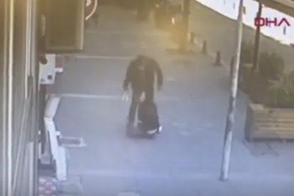 Este peatón defiende a una mujer noqueando a su agresor de un violento cabezazo