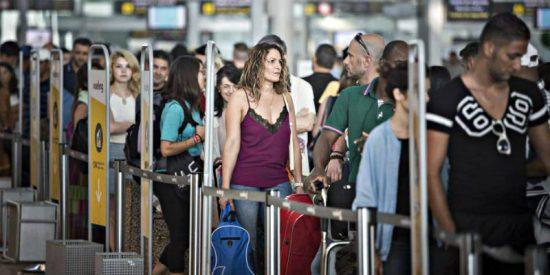 Sindicatos y patronal de 'handling' logran un acuerdo para evitar una huelga de 60.000 trabajadores de los aeropuertos