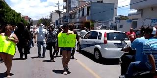 Castigo: estafadores son golpeados por el 'pueblo' y obligados a pasear en 'cueros'