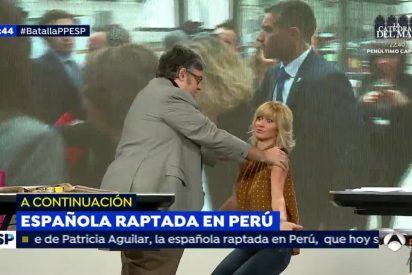 """Susanna Griso se arrodilla ante Juan Manuel de Prada: """"Imagina que soy Soraya Sáenz de Santamaría y ponme las manos"""""""