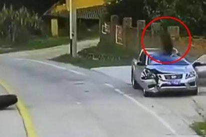 ¡Milagro!: Dos neumáticos de camión destrozan un coche con el conductor dentro