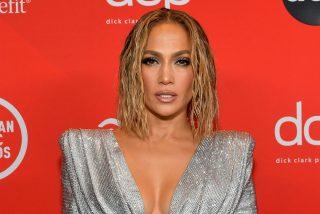 Jennifer Lopez: un escote de los que dan vértigo y muchos trucos