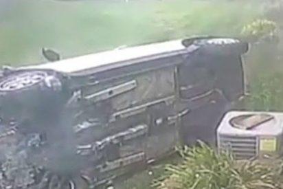 Este conductor se da a la fuga tras estrellar violentamente su coche contra una casa en EE.UU.