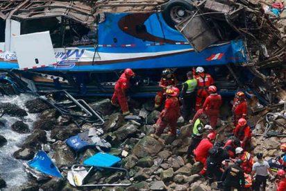 Más de 30 personas mueren al caer un autobús por un precipicio