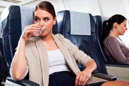 El lujo de beber agua cuando viajas en avión: una botella puede costarte 7 euros